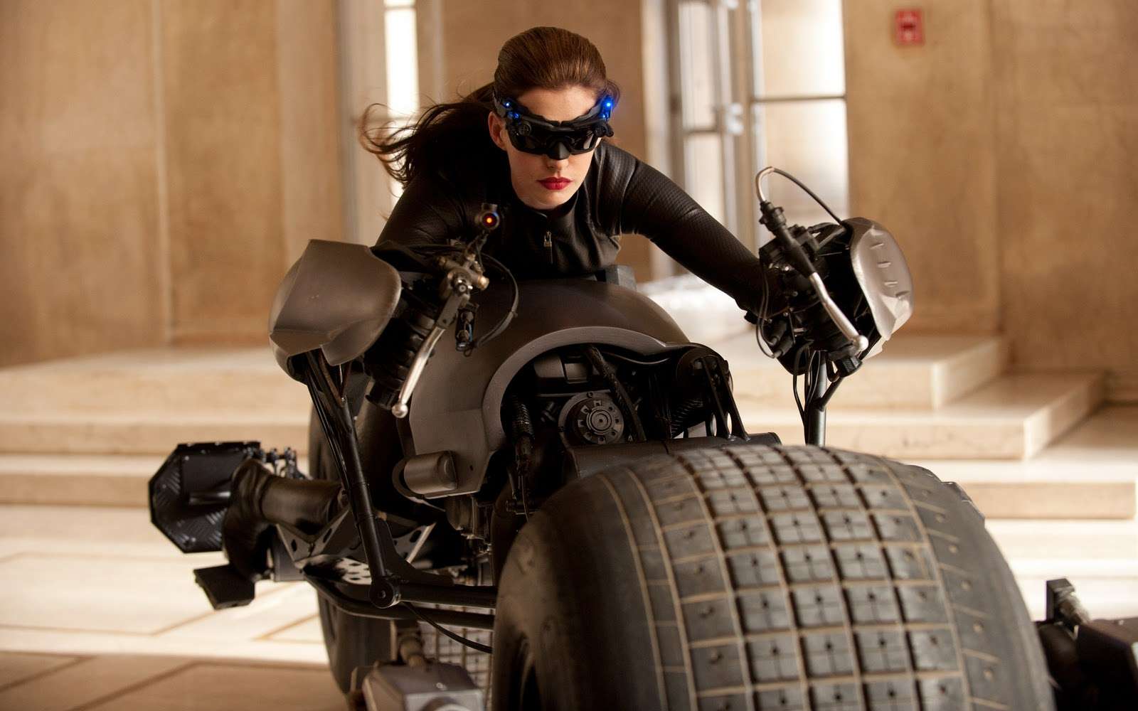 anne_hathaway_as_catwoman-2560x1600