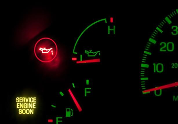 ماذا تفعل عند اضاءة مؤشر ضغط زيت المحرك بالسيارة