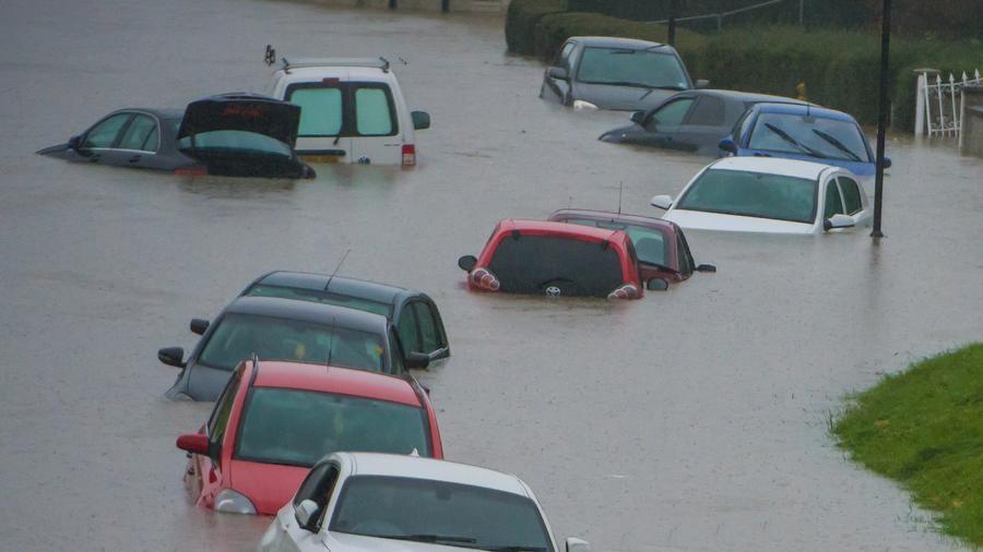 نصائح مهمة لإنقاذ السيارة الغارقة في مياه الأمطار